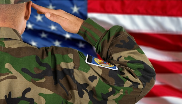 미국 국기 배경에 젊은 군인 남자 초상화