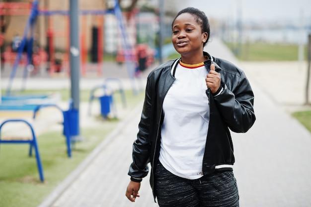 市内の若いミレニアル世代のアフリカ系アメリカ人の女の子。幸せな黒人女性。 z世代のコンセプト。
