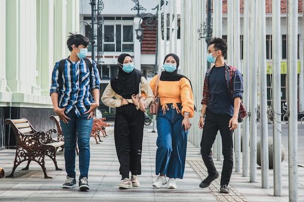 젊은 millennials 프렌즈 걷기 도시 구시 가지 센터