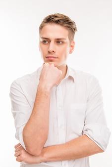 Молодой предприниматель, трогающий его подбородок