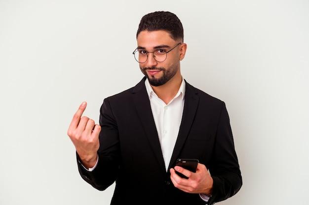 휴대 전화를 들고 젊은 혼합 된 경주 비즈니스 남자 초대 가까이와 서 당신 손가락으로 가리키는 흰 벽에 고립 된 남자.