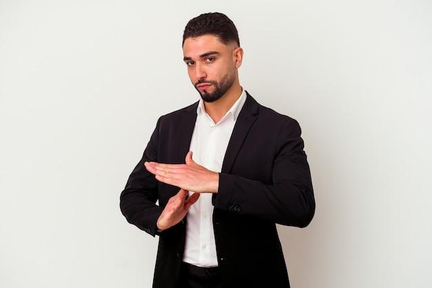 Молодой бизнесмен смешанной расы изолированный на белой стене показывая жест тайм-аута.