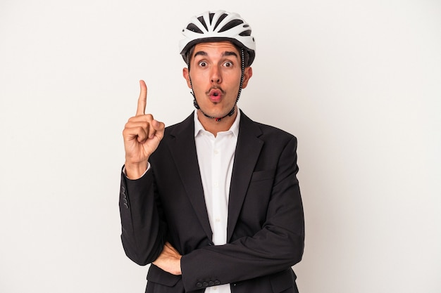 いくつかの素晴らしいアイデア、創造性の概念を持っている白い背景で隔離の自転車のヘルメットを身に着けている若い混血のビジネスマン。