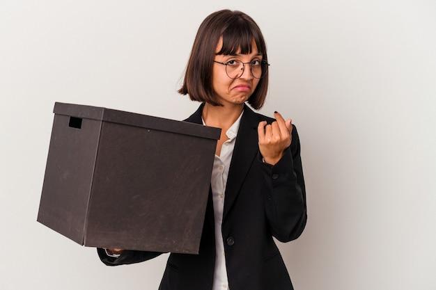 招待が近づくようにあなたに指で指している白い背景で隔離のボックスを保持している若い混血ビジネス女性。