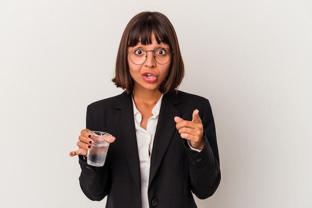 アイデア、インスピレーションの概念を持っている白い背景で隔離の水のガラスを保持している若い混血ビジネス女性。