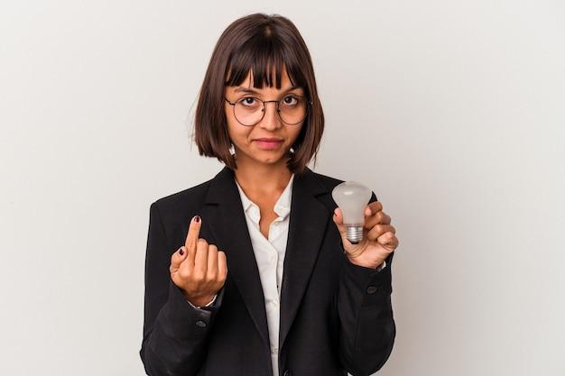 招待が近づくようにあなたに指で指している白い背景で隔離の電球を保持している若い混血ビジネス女性。