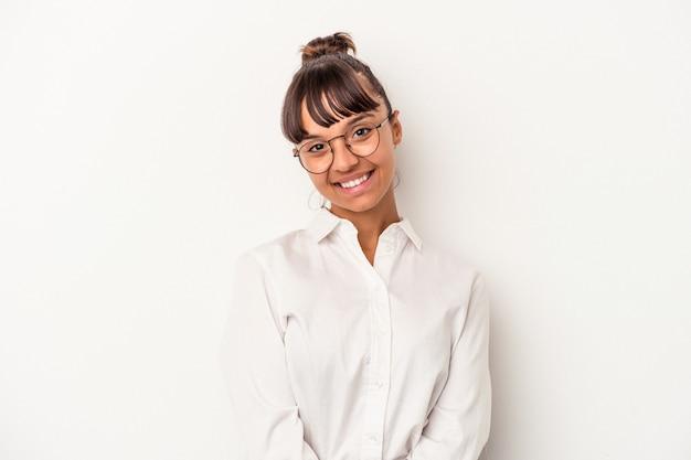 幸せ、笑顔、陽気な白い背景で隔離の若い混血ビジネス女性。