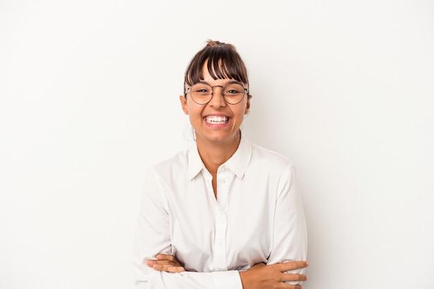 笑って楽しんでいる白い背景で隔離の若い混血ビジネス女性。