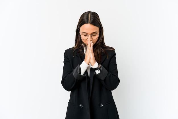Молодая женщина бизнес смешанной расы, изолированные на белом фоне, молясь, показывая преданность, религиозный человек, ищущий божественного вдохновения.