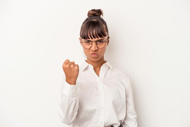 カメラに拳、積極的な表情を示す白い背景で隔離の若い混血ビジネス女性。