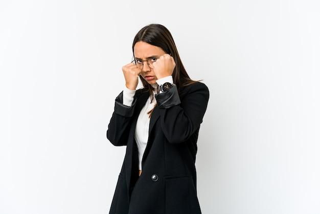 Молодая женщина бизнес смешанной расы, изолированные на белом фоне, бросая удар, гнев, боевые действия из-за аргумента, бокс.