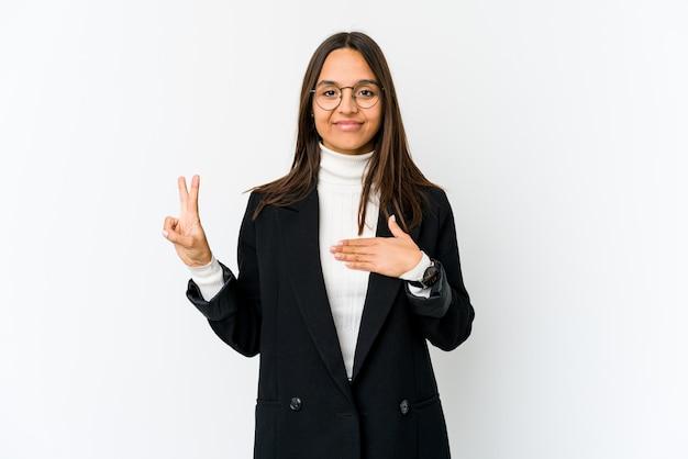 若い混血ビジネス女性が誓いを取って、胸に手を入れて白で隔離されます。