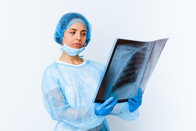 고립 된 뼈 스캔을 들고 젊은 혼합 된 인종 의사 여자