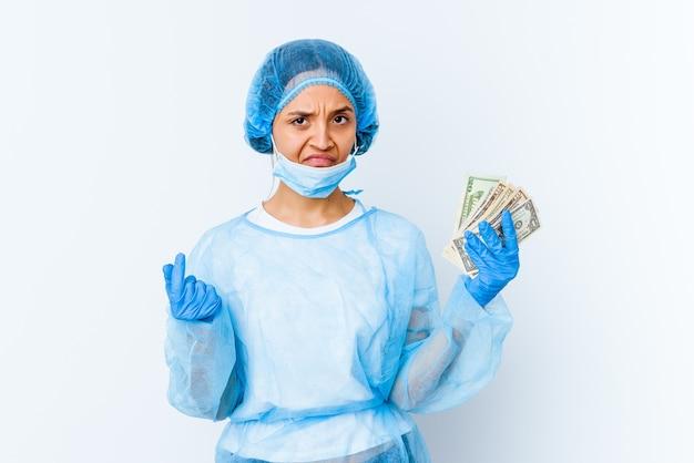 흰 벽에 고립 된 달러를 들고 젊은 혼합 된 인종 의사 여자