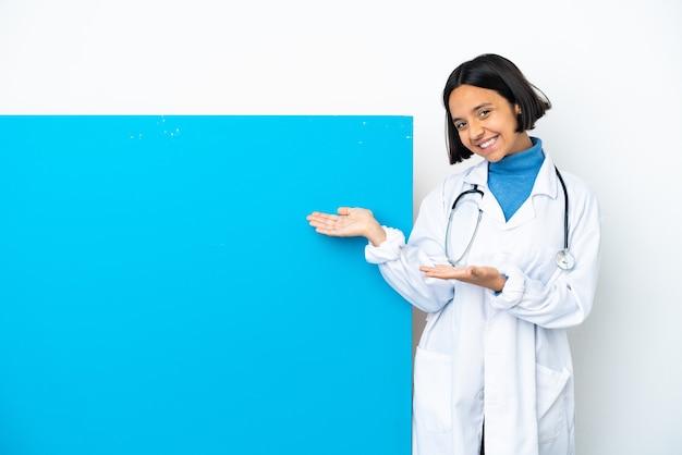 큰 현수막을 가진 젊은 혼합 된 경주 의사 여자는 올 초대를 위해 손을 옆으로 확장 격리