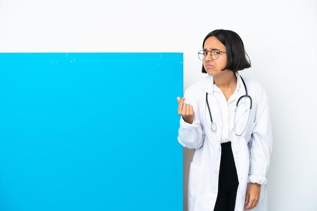 이탈리아 제스처를 만드는 흰색 배경에 고립 된 큰 현수막을 가진 젊은 혼혈 의사 여자
