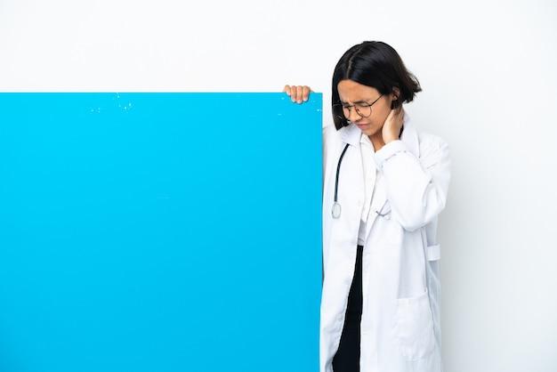 首の痛みと白い背景で隔離の大きなプラカードを持つ若い混血医師の女性