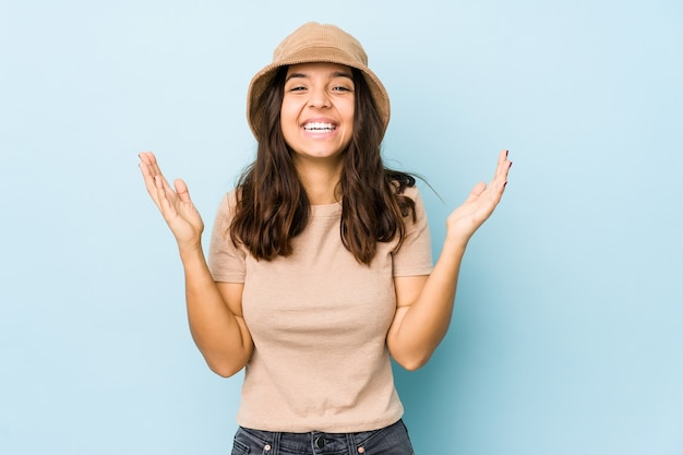 Молодые испаноязычные женщины смешанной расы изолировали радостный смех. концепция счастья.