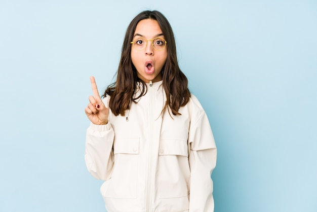 若い混合レースヒスパニック系女性が口を開けて逆さまに指している分離。