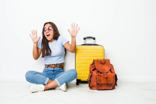 差し迫った危険のためにショックを受けて旅行に行く準備ができている若い混血インドの女性