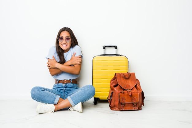 低温または病気のために寒くなる旅行に行く準備ができている若い混血のインドの女性。