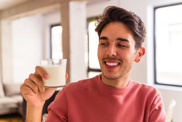 朝食にミルクを飲む若い混血の男