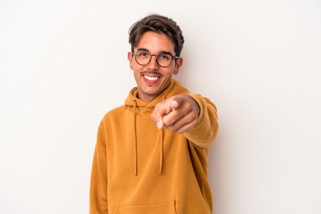 白い背景に孤立した若い混血の男は、正面を指している陽気な笑顔。