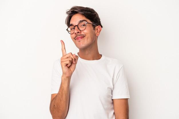 손가락으로 1번을 보여주는 흰색 배경에 격리된 젊은 혼혈 남자.