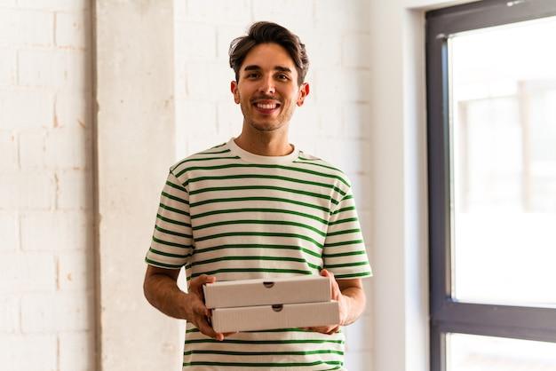 ピザを拾う若い混血の男