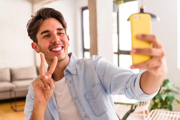台所で電話で話している若い混血の男