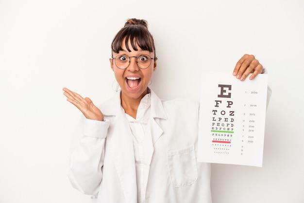 白い背景で隔離のテストをしている若い混血眼鏡技師の女性は驚いてショックを受けました。