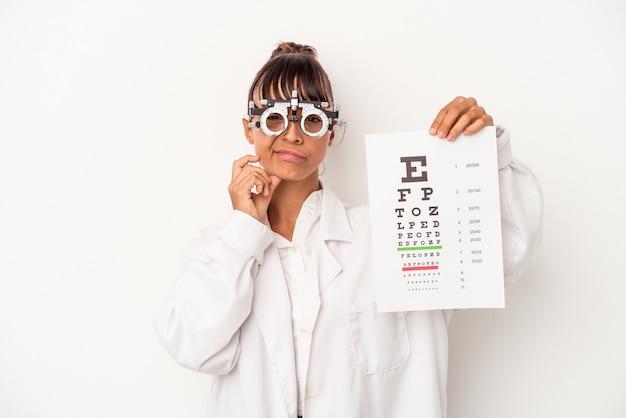 Молодая женщина-оптик смешанной расы делает тест на белом фоне