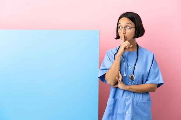 입에 손가락을 넣어 침묵 제스처의 기호를 보여주는 격리 된 배경 위에 큰 배너와 함께 젊은 혼혈 외과 의사 여자