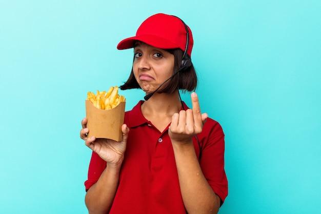 젊은 혼혈 여자 패스트 푸드 레스토랑 노동자 초대 가까이 와서 당신 손가락으로 가리키는 파란색 배경에 고립 된 감자 튀김을 들고.