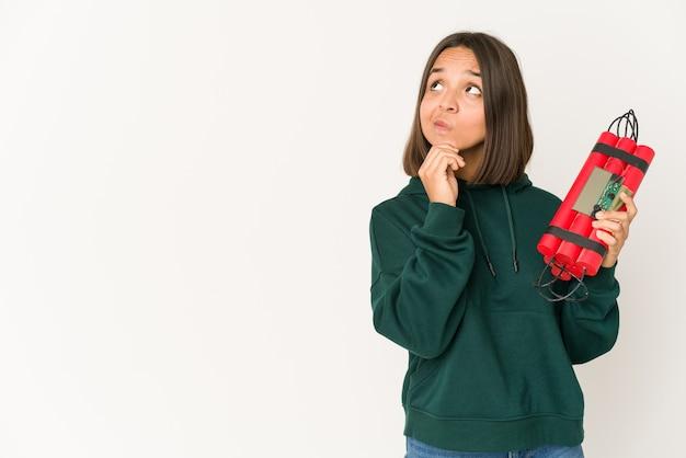 Молодая женщина смешанной расы, держащая динамит