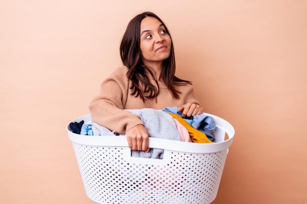 세탁을 들고 젊은 혼혈 여자는 목표와 목적을 달성하는 꿈을 고립