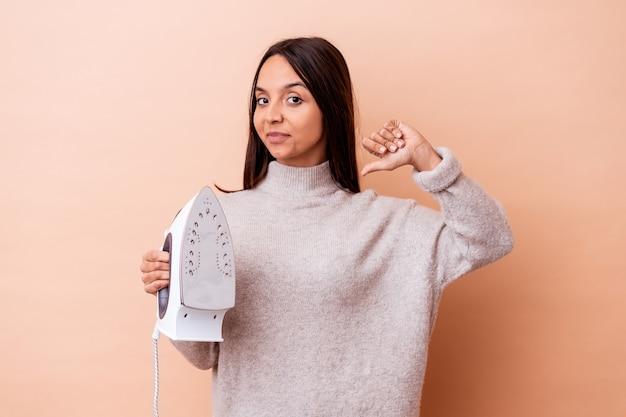 孤立した鉄を持っている若い混血の女性は、誇りと自信を持っています。