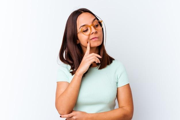 Молодая женщина смешанной расы изолировала созерцание, планирование стратегии, размышление о способе ведения бизнеса.