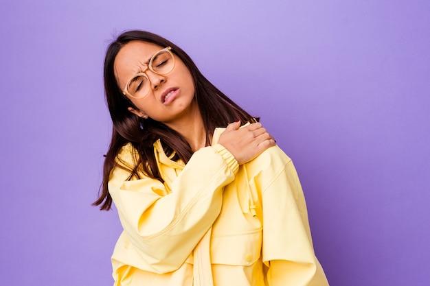 어깨 통증을 갖는 고립 된 젊은 혼합 된 인종 여자.