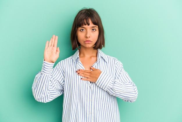 손가락으로 귀를 덮고 파란색 배경에 고립 된 젊은 혼합 된 인종 여자 스트레스와 큰 소리로 주변에 의해 필사적.