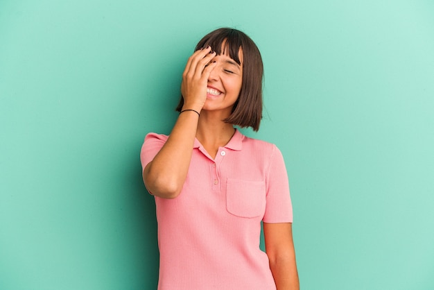 행복, 평온한, 자연 감정을 웃 고 파란색 배경에 고립 된 젊은 혼합 된 인종 여자.