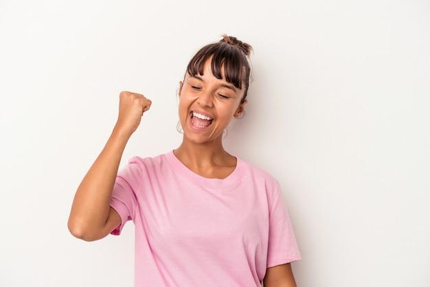 勝利、情熱と熱意、幸せな表現を祝う白い背景で隔離の若い混血の女性。
