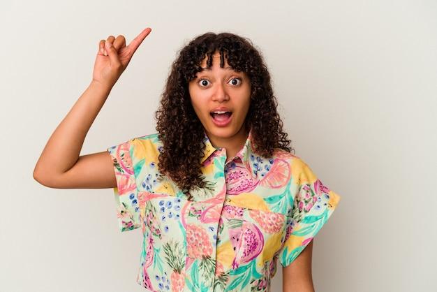 いくつかの素晴らしいアイデア、創造性の概念を持つ白い背景に分離された若い混血女性。