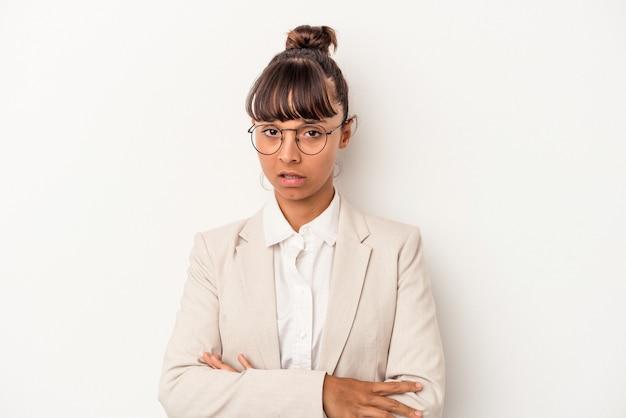 Молодая женщина смешанной расы, изолированные на белом фоне, недовольна, глядя в камеру с саркастическим выражением лица.