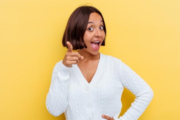아이디어, 영감 개념 데 노란색 배경에 고립 된 젊은 혼혈 여자.