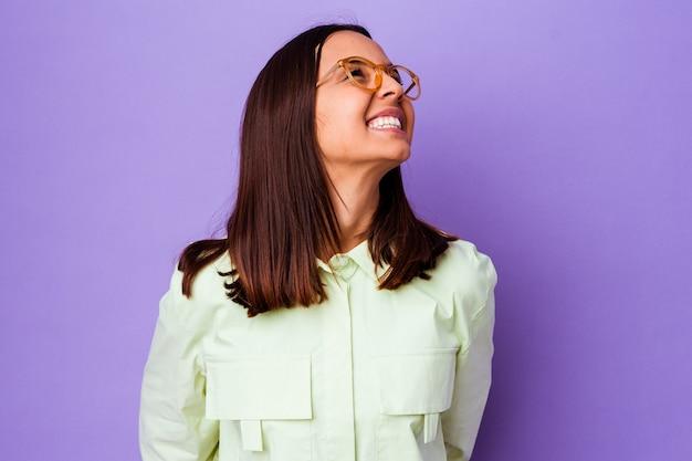 고립 된 젊은 혼합 된 인종 여자 편안 하 고 행복 한 웃음, 목 뻗어 보여주는 이빨.