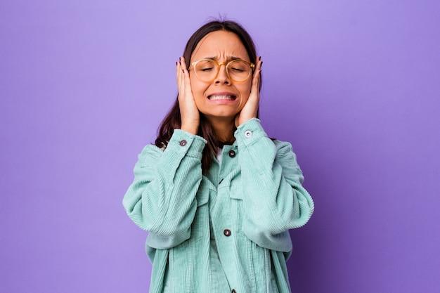 若い混血の女性は、泣き言を言ったり泣いたりしました。