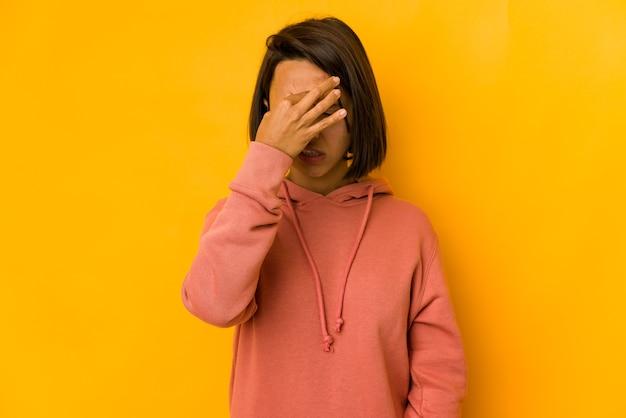 Молодая женщина смешанной расы изолирована