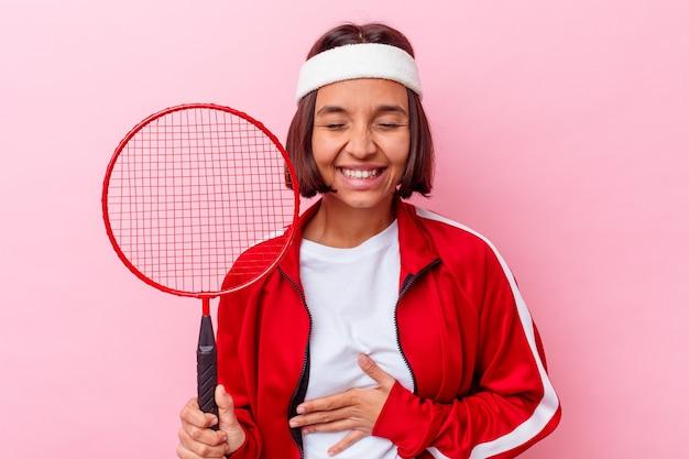 웃으면 서 재미 분홍색 벽에 고립 된 배드민턴 젊은 혼합 된 경주 여자.