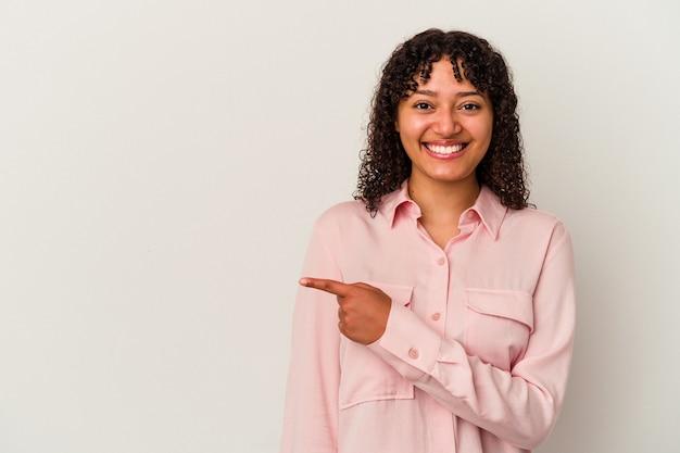 젊은 혼합 된 인종 여자 포즈